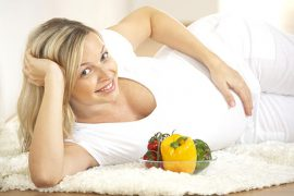 Schwangere Frau liegt gemütlich