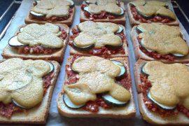 Überbackene Toastscheiben im Ofen