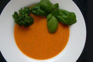 Teller Tomaten Basilikum Suppe