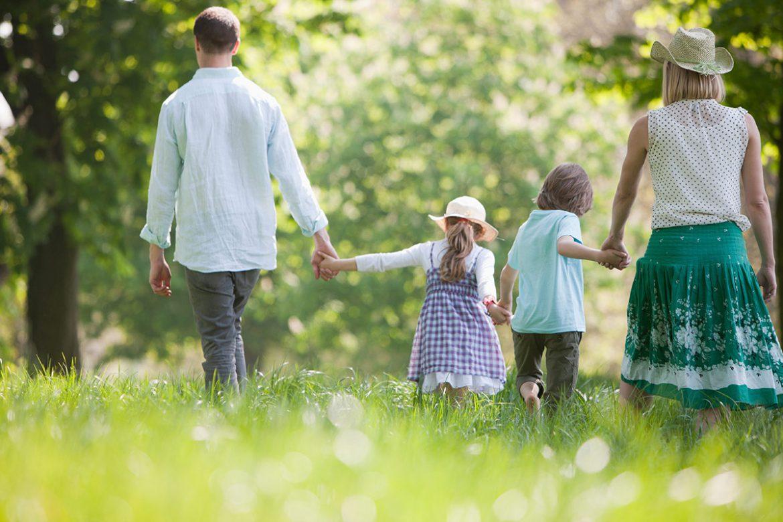 Familie draussen im Grünen