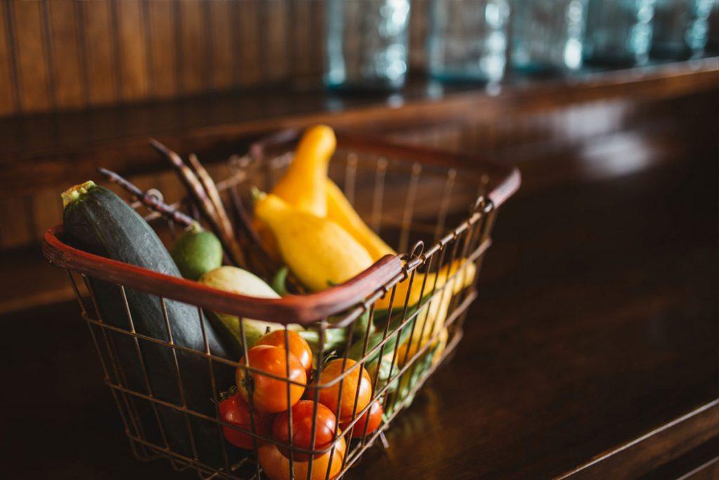 Korb mit Gemüse und Obst in der Küche