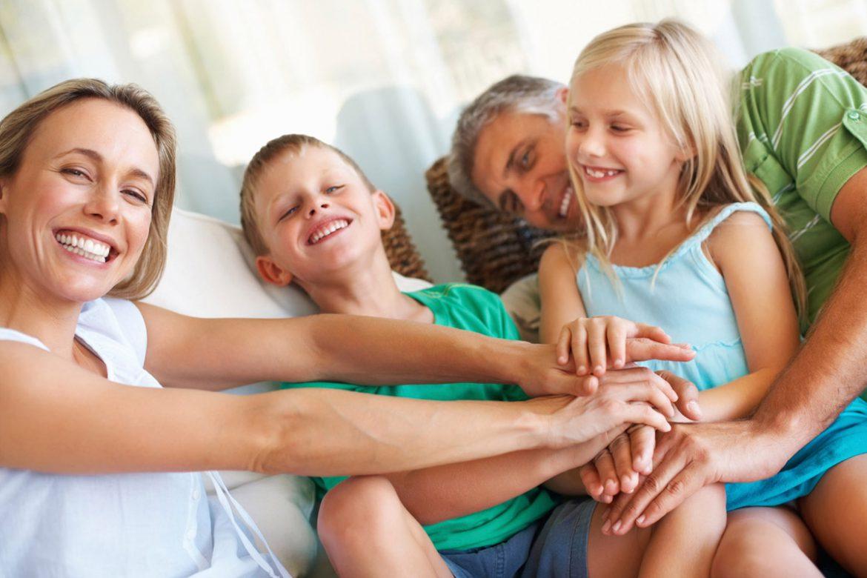 Familie zusammen glücklich