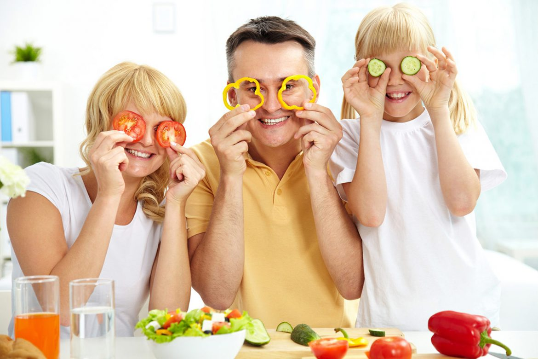 Vegane Familie mit Gemüse