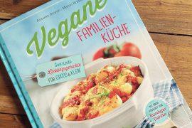 Vegane Familienküche Kochbuch auf dem Küchentisch