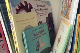 Vegane Kinderbücher im Buchregal