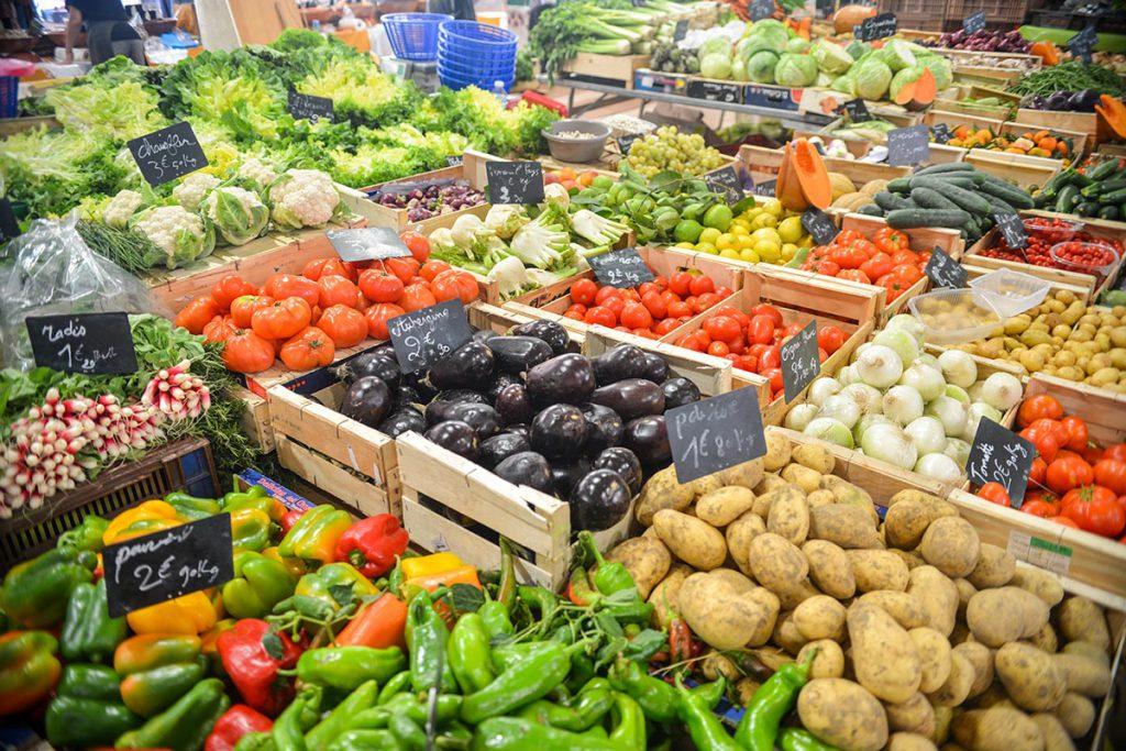Markthalle mit frischer Gemüsevielfalt