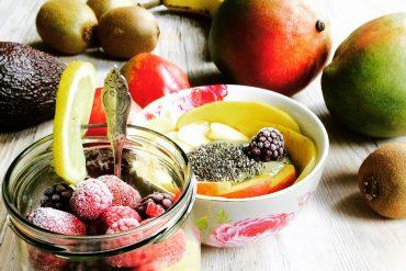 Leckeres Superfoodfrühstück mit viel frischem Obst