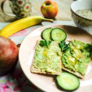 Frühstücksteller mit bestrichenen Knäckebrot Obst und Müsli