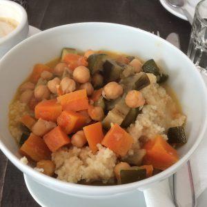 Schale mit Couscous und Kichererbsen Curry