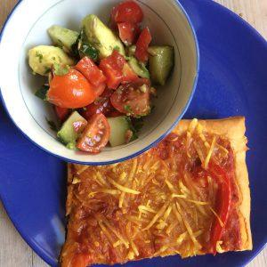 Pizza mit Tomaten Avocadosalat