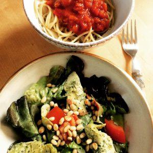 Schüssel mit Artischockensalat und Spaghetti Bolognese vegan