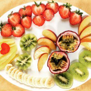 Großer Teller mit viel frischem Obst
