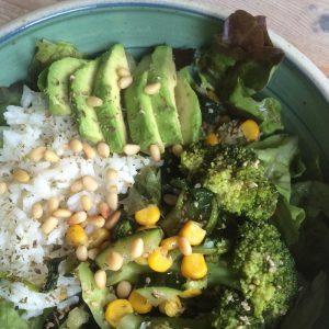 Green Bowl mit Gemüse und Basmatireis