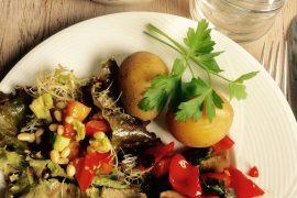 Rezept Kartoffeln mit Avocado/Paprika-Salat, gebratenen Champignons und gerösteten Zedernnüssen