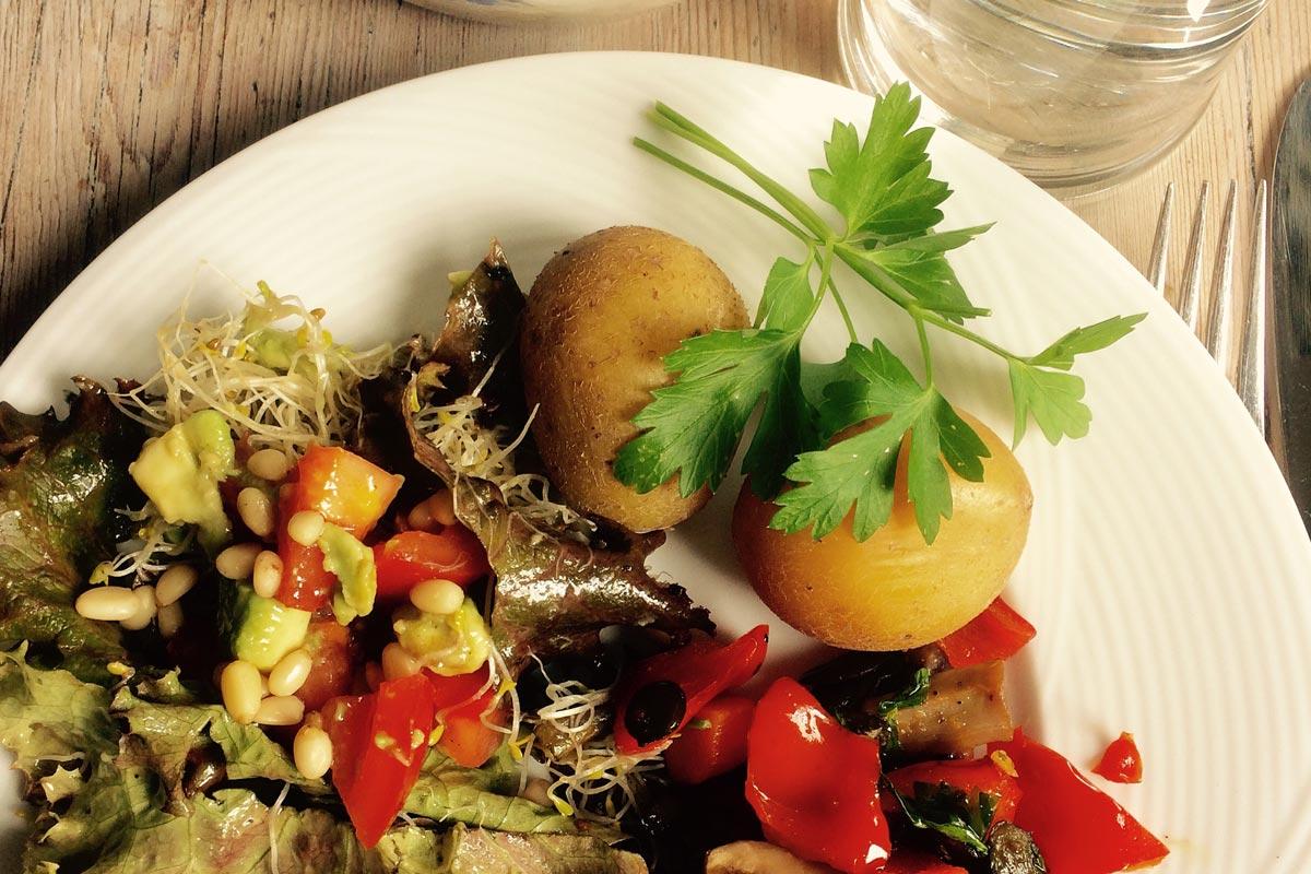 vegane rezepte kartoffeln mit avocado paprika salat. Black Bedroom Furniture Sets. Home Design Ideas