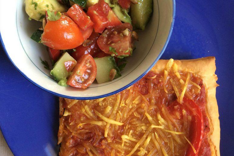 Rezept vegane Pizza mit Tomaten Avocado Salat