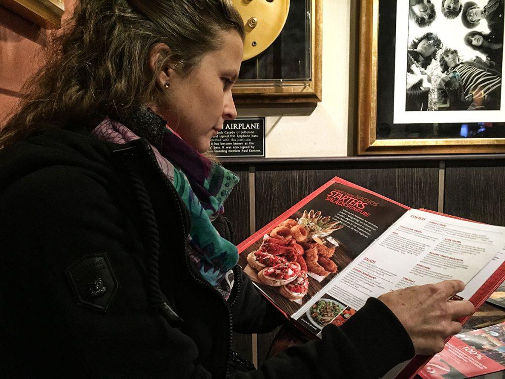 Anna mit Veggie Karte im Hard Rock Cafe Köln