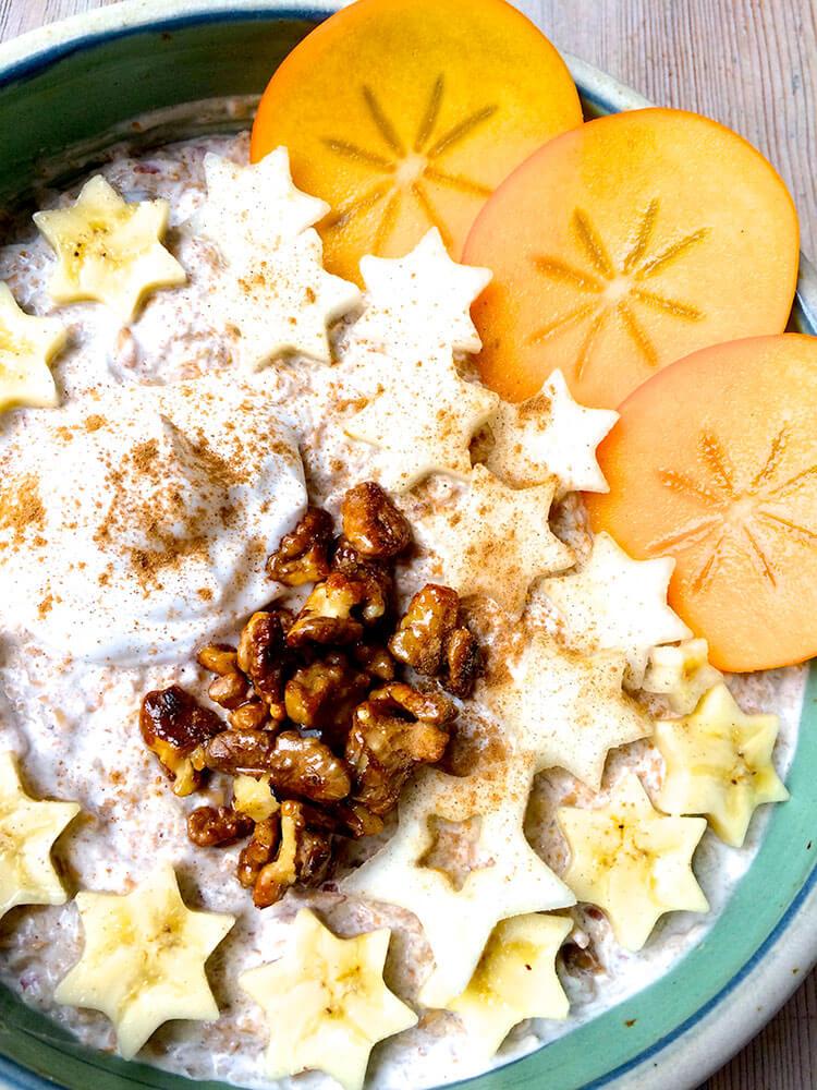 veganes Weihnachtsmüsli mit Dinkel Zimt Pekan und Früchten