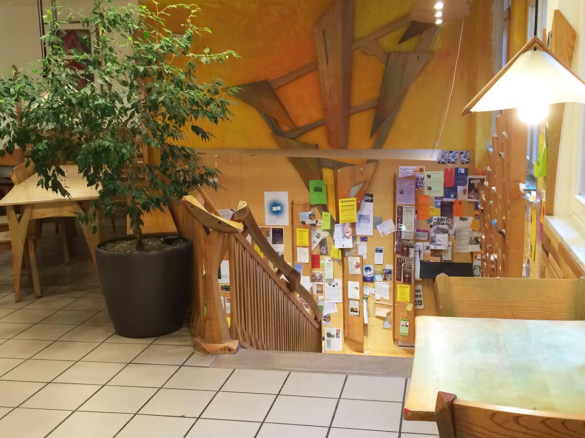 Aufgang 1. Etage und schwarzes Brett