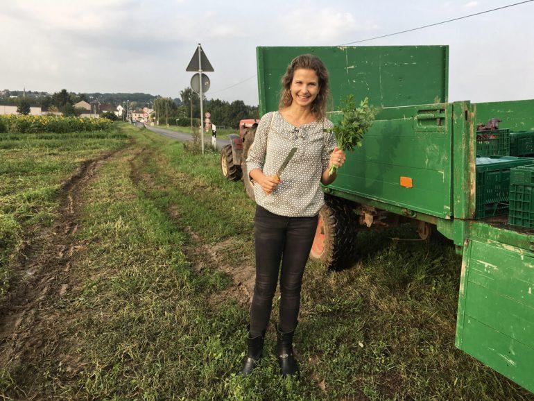 Anna bei der Ernte auf dem Biohof Bursch
