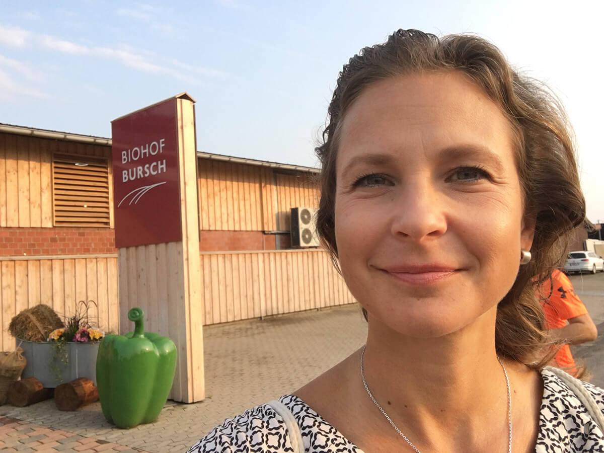 Anna vor dem Biohof Bursch