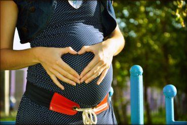 Vegane Mutter mit Babybauch