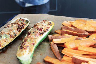 Gefüllte Zucchine und Süsskartoffeln auf dem Backblech