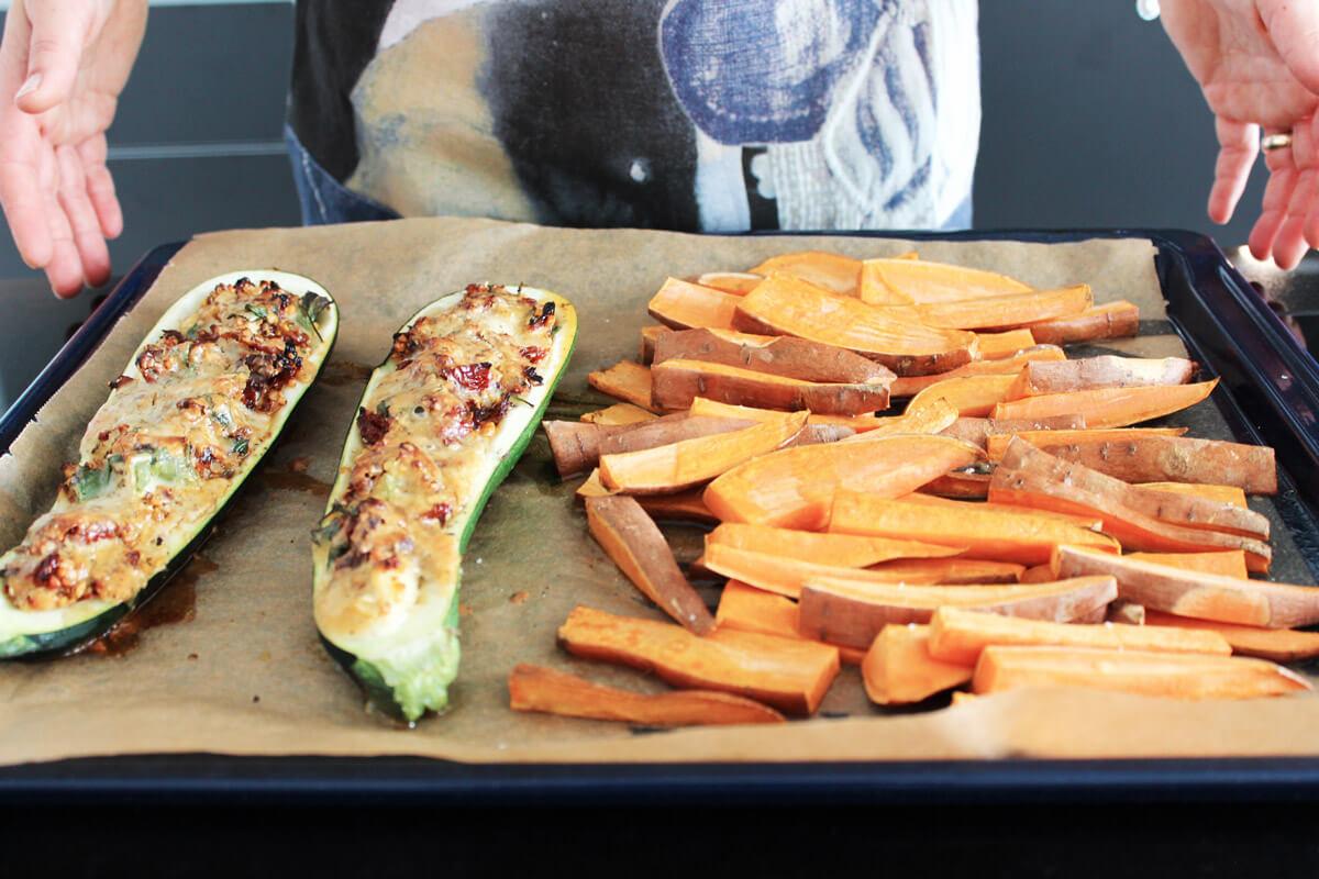 Meal Prep: Gefüllte Zucchini mit Lupinen-Grits und Süßkartoffel-Pommes