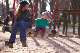 Julia mit Tochter auf der Schaukel